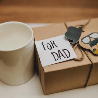 Крупный план подарка и кружки в день отца