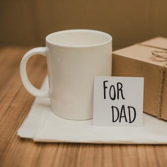 Стол с кружкой и подарком для отца