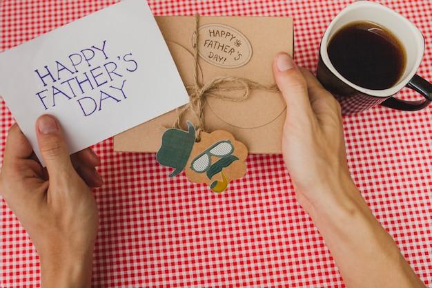 Композиция дня отца с подарком и чашкой кофе