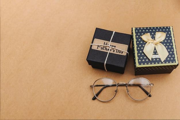 Композиция дня отца с подарками и очками