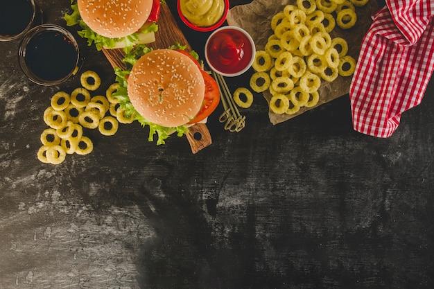Вид сверху на восхитительное меню быстрого питания с луковыми кольцами