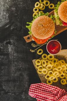 Вид сверху на чизбургеры с луковыми кольцами