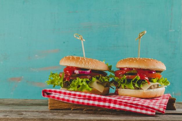 Два вкусных чизбургеры
