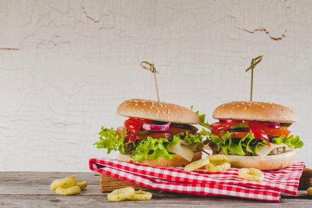 Аппетитные гамбургеры с луковыми кольцами