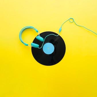 ヘッドフォンと黄色のヴィンテージ音楽のコンセプト