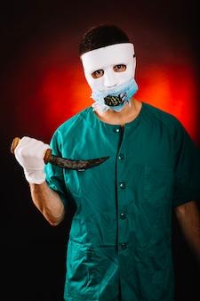 古い短剣を持つ狂った医者