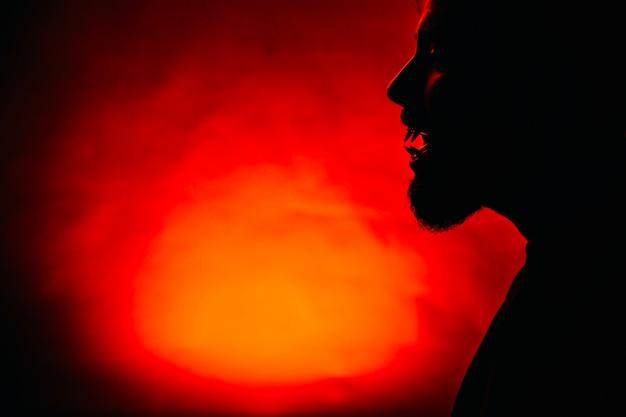 赤色のうめきしい男のシルエット