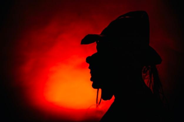 マスクの人の影