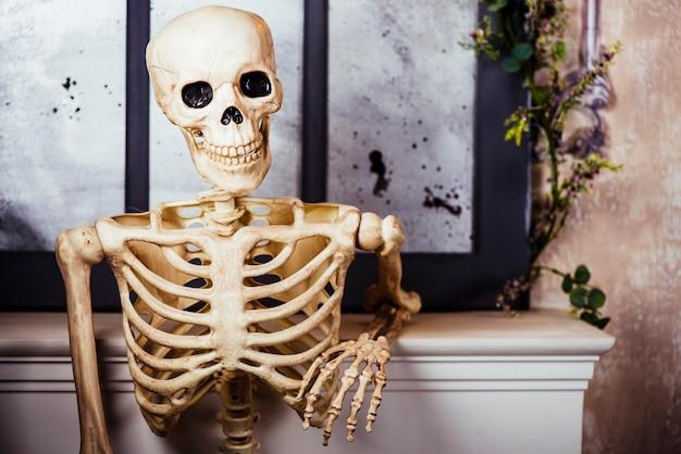 Искусственный скелет в позе