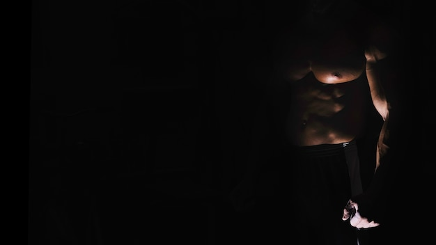 Мужской торс в тени