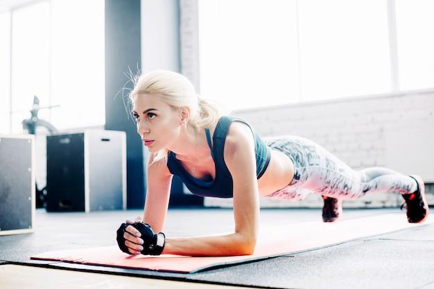 ストレッチマットの板張り運動をしている女性