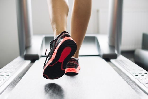 トレッドミルで走っている女性