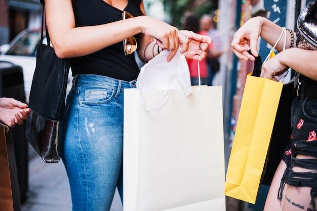 Женщины берут нижнее белье из бумажных мешков