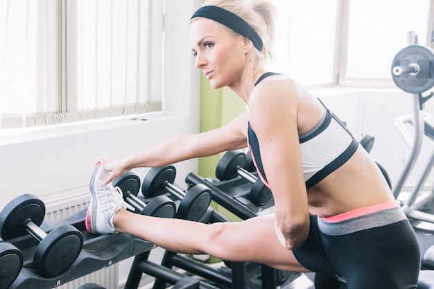 Женщина в спортивной одежде делает упражнения