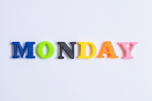 月曜日のカレンダーはカラフルな文字で