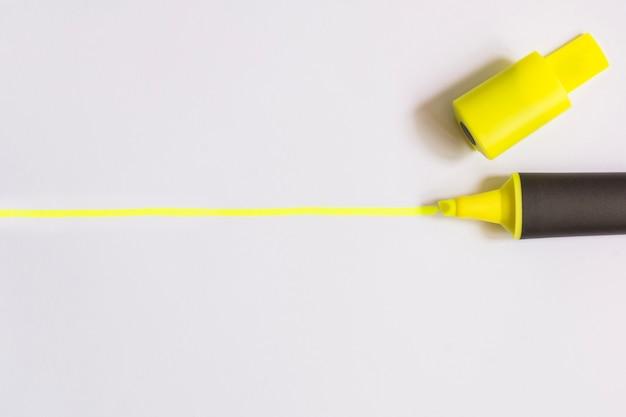 白い黄色の蛍光ペン