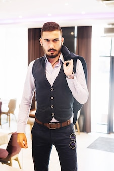エレガントなスーツに自信を持ってマッチョ