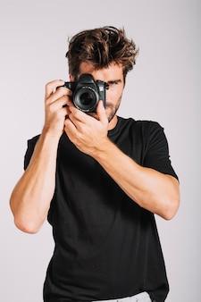 写真を撮っている男