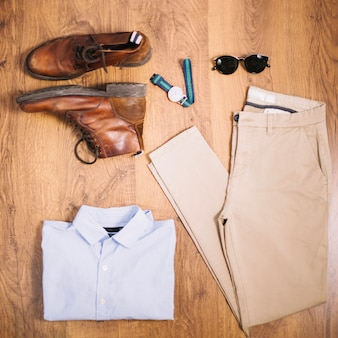 男性の服とブーツの構成
