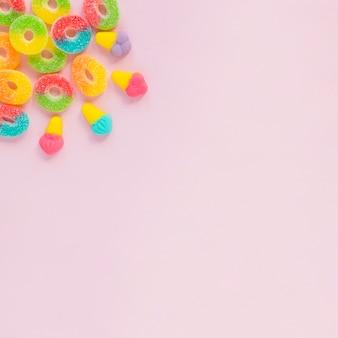ピンク色の表面にスイーツ