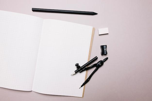 Блокнот и канцелярские принадлежности