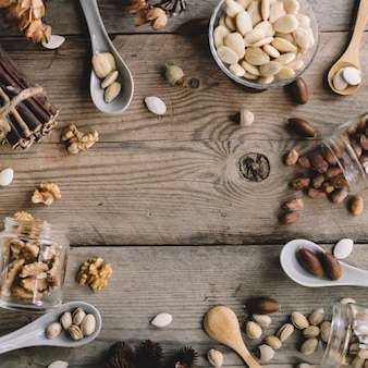 中央に隙間のあるいろいろなタイプのナッツ