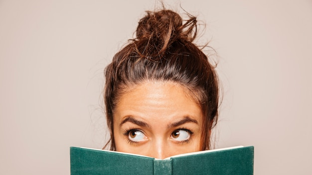 女性の本の後ろに面して
