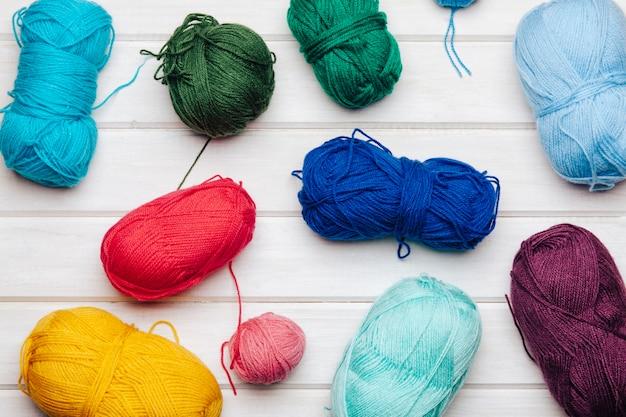 Шерстяные шарики разных цветов