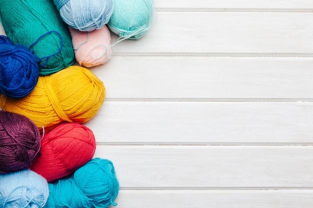 異なる色のさまざまな羊毛のボール、右のスペース