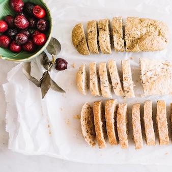 スライスされたパンと揚げ物
