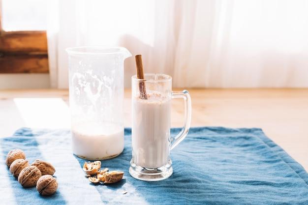 美味しいミルクセーキをガラスで提供