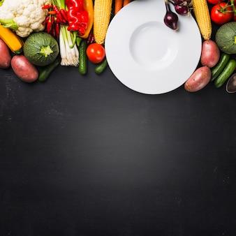 収穫した野菜と一緒のプレート