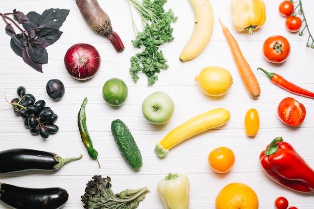 グラデーション熟した野菜の品揃え