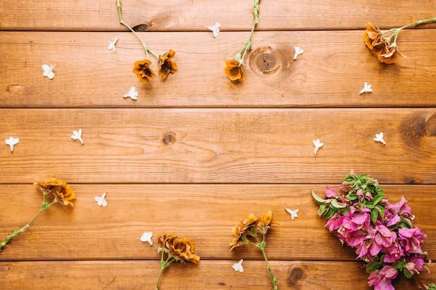 Цветы на деревянной столешнице
