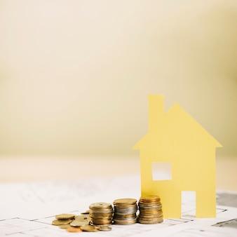 黄色の家の人形と硬貨