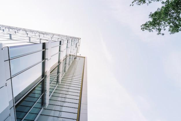 ガラス壁付きのモダンな建物
