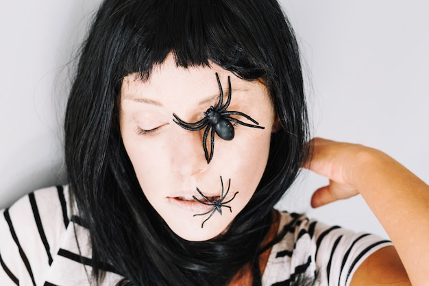 Картинка паук на лице девушки
