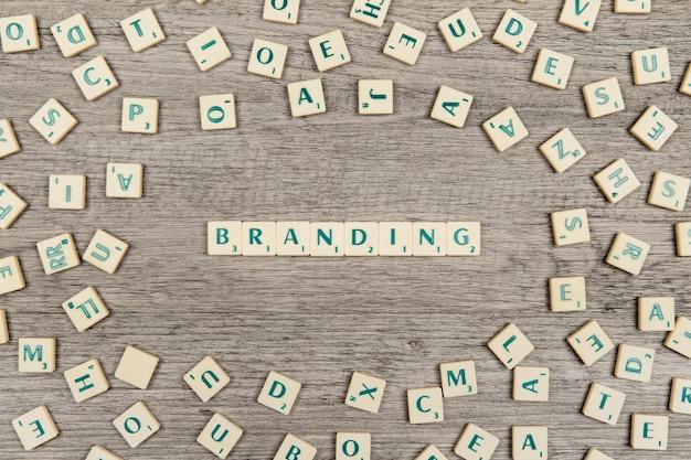 Письма, формирующие слово брендинг