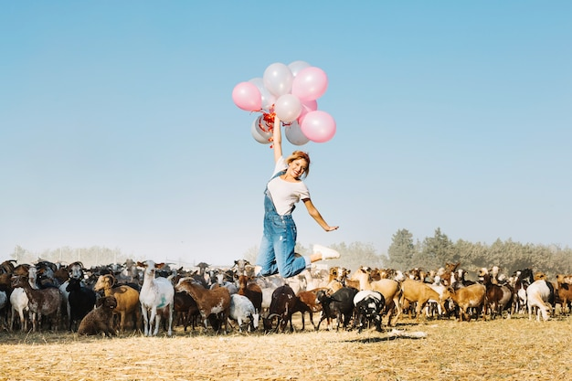風船で飛ぶ女性