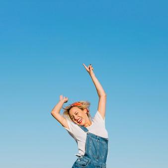 興奮した女性ジャンプ