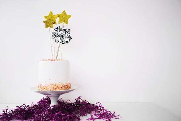 チンゼルの束に飾られたケーキ