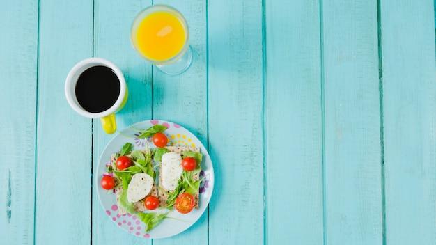 Кофе, соки и салат