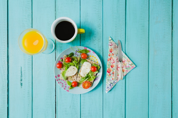 Здоровый салат, кофе и сок