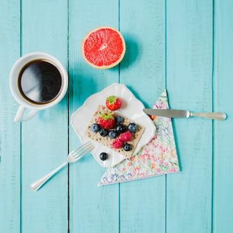 Ягоды, кофе и грейпфрут