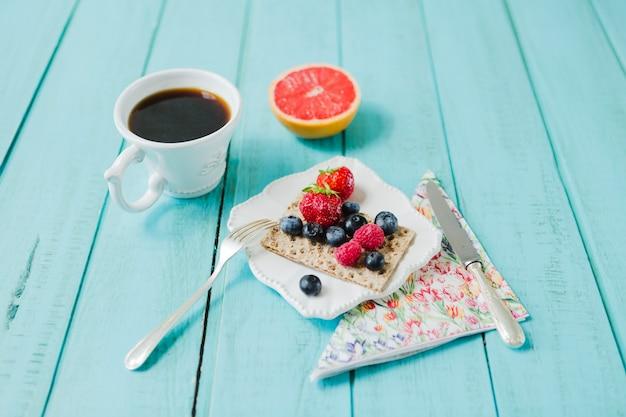 Грейпфрут, ягоды и кофе