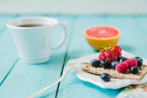 Вкусные ягоды и чашка кофе