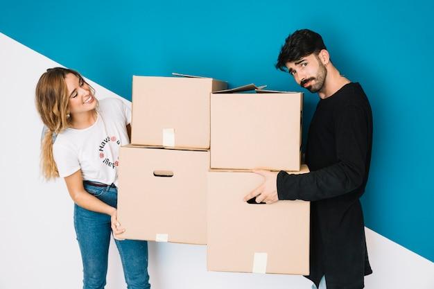 Пара переезжает в новую квартиру