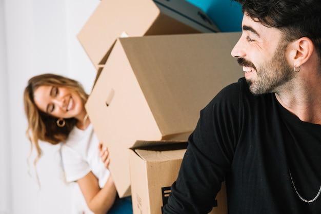Романтическая пара переезжает в новую квартиру