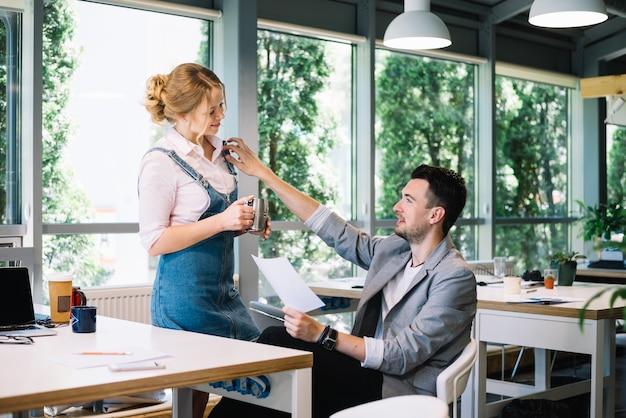 オフィスで女性と遊ぶ男
