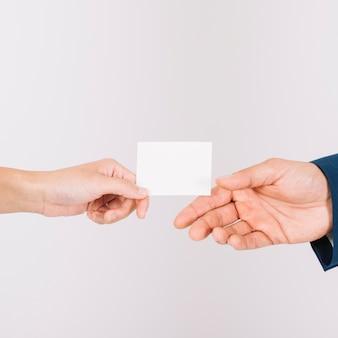 Руки обмениваются визитной карточкой